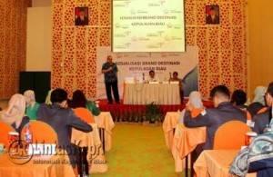 Tenaga ahli Kemenpar RI saat menyampaikan Sosialisasi Brand Destinasi Kepri, di Hotel Harris, Batam, Jumat (12/8)