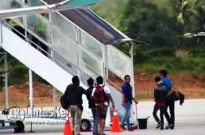 Dua Gembong Narkoba saat Diberangkatkan ke Jakarta melalui Bandara Raja Haji Fisabilillah Tanjungpinang, Sabtu (6/8) sekira pukul 13.00 WIB didampingi BNN