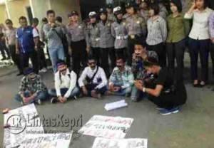 Para demonstrasi melakukan aksi tutup mulut menggunakan isolasi di PN Tanjungpinang, Selasa (2/8)