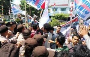 Suasana unjukrasa mahasiswa di PN Tanjungpinang, Selasa (9/8).