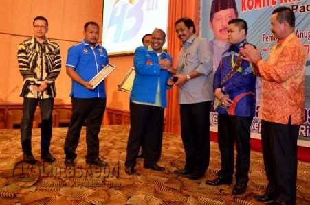Gubernur Kepri, Nurdin Basirun saat menerima KNP Award,Minggu (7/8).