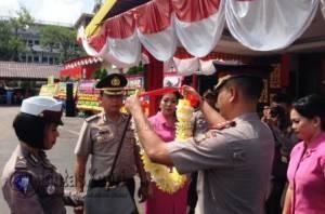 Kapolres Tanjungpinang Baru, AKBP Joko Bintoro SH, Sik saat mengalungkan kalungan bunga kepada Kapolres Tanjungpinang Lama AKBP Kristian Siagian Sik, M.SI sebagai tanda perpisahan.