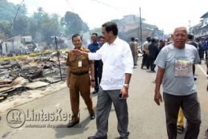 Gubernur Kepri Nurdin Basirun saat meninjau lokasi pasca terbakarnya 26 Ruko di Pasar Inpres Kijang, Kabupaten Bintan.