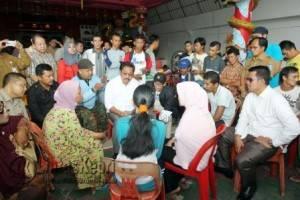 Gubernur Kepri Nurdin Basirun saat berdialog dengan korban kebakaran.