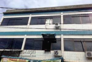 Inilah Jendela Tempat Salah Satu Target Operasi Polisi Melompat Saat Penggerebekan