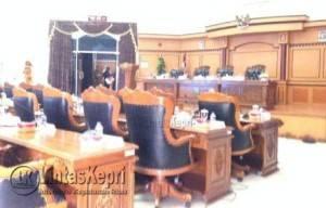 Terlihat Kursi Wakil Rakyat Kosong Melompong. Foto diambil saat Paripurna Molor dari Jadwal yang telah ditetapkan.