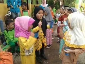 Peserta Didik Siswa Kelas 1 SDN 015 Bintan Timur saat mengikuti praktek menyikat gigi yang baik dan benar, Jumat (12/8)