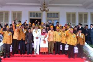 Gubernur Kepri Nurdin Basirun berfoto bersama pejuang (Veteran)