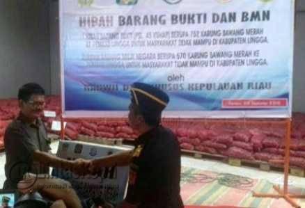 Kakanwil DJBC Khusus Kepri Parjiya saat bersalaman dengan Kepala Dinas Perindustrian dan Perdagangan (Perindag) Kabupaten Lingga, Muzamil
