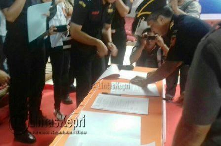 Penandatanganan berita acara serah terima oleh DJBC Khusus Kepri kepada Kadis Perindag Kabupaten Lingga di Karimun.