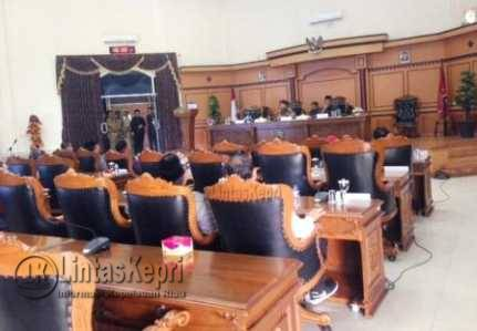 Terlihat sejumlah kursi wakil rakyat kosong saat akan digelar Rapat Paripurna DPRD Kota Tanjungpinang namun batal.