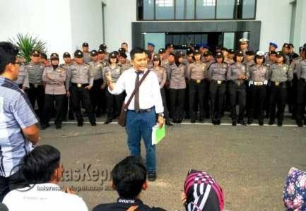 Dosen dan Pegawai UMRAH saat menggelar aksi Unras di Kantor Gubernur Kepri, Dompak Kamis (8/9).