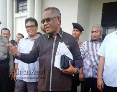 Pengacara Provinsi Kepri, Bani Doli saat menyambut para Unras di halaman kantor Gubernur Kepri, Dompak Kamis (8/9)