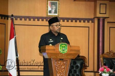 Walikota Tanjungpinang Lis Darmansyah saat menyampaikan pidato pengantar Ranperda tentang perangkat kerja daerah Kota Tanjungpinang dalam Rapat Paripurna Terbuka di Ruang Rapat DPRD Kota Tanjungpinang, Kamis (15/9).