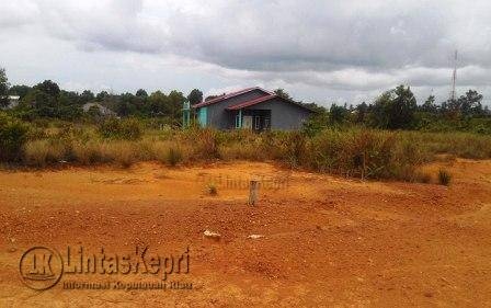 Inilah Tanah Kavlingan yang dibeli oleh Pembeli ke PT Dutama Land Group berlokasi di Jalan Tri Wijaya Kilometer 15 RT 02/RW 06 Kelurahan Air Raja, Kecamatan Tanjungpinang Timr, Kota Tanjungpinang.