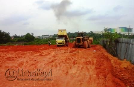 Terlihat 2 buah truk melakukan penimbunan di area hutan Mangrove.