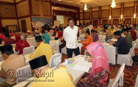 Gubernur Kepri Nurdin Basirun saat melihat peserta Assessment.