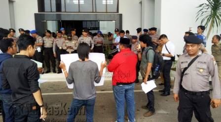 RCW saat berunjukrasa di Kantor Gubernur Kepri, Dompak, Tanjungpinang, Selasa (11/10) pagi.