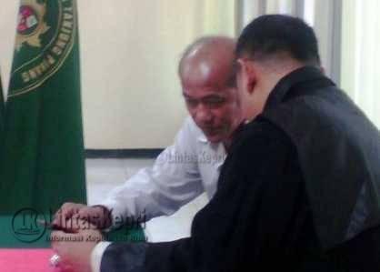Djodi Wirahadi Kusuma terdakwa dugaan pemalsuan surat tanah saat berbincang dengan Penasehat Hukum (PH), Haposan Sihombing.