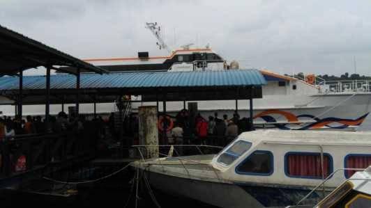 Kapal Ferry Cepat Blue Sea Jet saat Kembali Tiba di Pelabuhan Telaga Punggur Kota Batam dikarenakan mengalami masalah pada bagian kapal, Kamis (6/10).