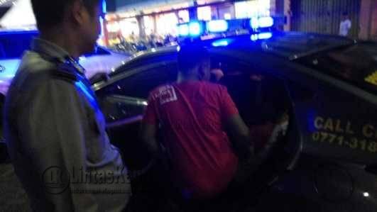 R dan kelima rekannya ketangkap mencuri helm di Mall Ramayana di gelandang ke Polsek Tanjungpinang Barat, Minggu (30/10)