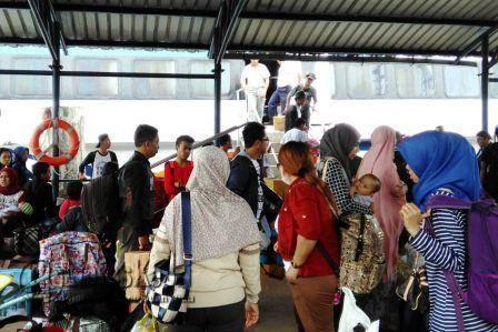 Penumpang Kapal Ferry Cepat Blue Sea Jet saat Diturunkan di Pelabuhan Telaga Punggur Kota Batam dikarenakan mengalami masalah pada bagian kapal, Kamis (6/10), yang sebelumnya kapal ini telah berlabuh dari Batam tujuan Anambas.