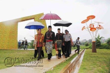 Walikota Tanjungpinang Lis Darmansyah didampingi Wakil Walikota Tanjungpinang Syahrul saat melihat-lihat Taman Batu 10.