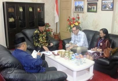 Wakil Walikota Tanjungpinang Syahrul bersama Senior Protection Officer Refugees (UNHCR), Jeffery Savage terlihat berbincang di salah satu ruangan di Kantor Walikota Tanjungpinang.