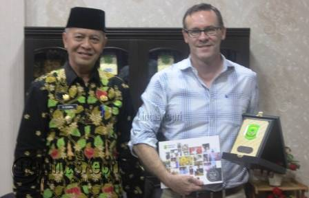 Wakil Walikota Tanjungpinang Syahrul bersama Senior Protection Officer Refugees (UNHCR), Jeffery Savage di Kantor Walikota Tanjungpinang.