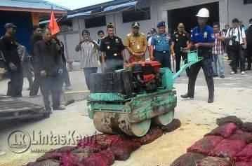 Pihak Kanwil DJBC Khusus Kepri memusnahkan 450 karung bawang merah tak layak konsumsi.