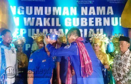 Sekjen DPP Partai Demokrat Hinca Panjaitan saat memakaikan tanjak kepada dua calon kandidat Wagub Kepri yang diusulkan.
