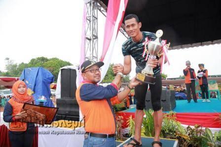 Walikota Tanjungpinang Lis Darmansyah saat Menyerahkan Piala kepada Pemenang Lomba Festival Dragon Boat Race 2016.