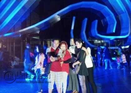 Warga Selfie di Gedung Gonggong Tepi Laut Kota Tanjungpinang yang dihiasi lampu berwarna biru.