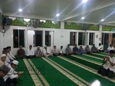 Walikota Tanjungpinang, Lis Darmansyah di tengah jamaah Masjid Al-Hidayah di Jalan Brigjen Katamso Km 2,5 Tanjungpinang saat menggelar doa bersama dalam rangka memperingati Tahun Baru Islam 1438 Hijriah, Jumat (7/10).