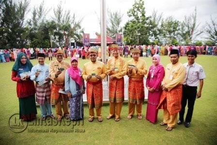 Walikota Tanjungpinang, Lis Darmansyah saat memimpin upacara peringatan HUT Ke-15 Kota Otonom Tanjungpinang Tahun 2016 di Halaman Kantor Walikota Tanjungpinang, Senggarang.