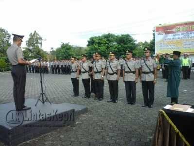 Keterangan Foto: Kapolres Tanjungpinang AKBP Joko Bintoro saat memimpin Serah Terima Jabatan (Sertijab) Terhadap Tiga Perwira Menengah (Pamen) di Polres Tanjungpinang, Sabtu (19/11).