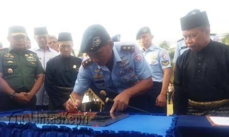Pergantian nama ditandai dengan penandatanganan prasasti oleh Pangkoops AU I Marsekal Muda (Marsda) TNI Yuyu Sutisna.