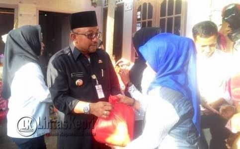 Walikota Tanjungpinang Lis Darmansyah di acara pembagian bantuan paket gula dan beras serta Kartu Indonesia Sehat (KIS) di Kampung Kolam, Kamis (3/11).