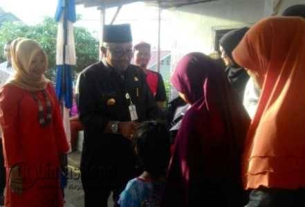 Walikota Tanjungpinang Lis Darmansyah didampingi Ketua PKK Tanjungpinang, Yuniarni Pustoko Weni saat memberikan bantuan kepada warga Jalan Hutan Lindung.