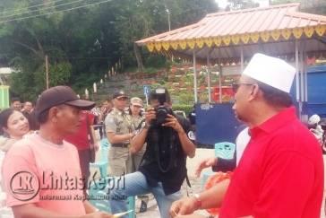 Walikota Tanjungpinang Lis Darmansyah saat membagikan paket sembako berupa gula dan beras di Taman Laman Boenda, Kamis (3/11).
