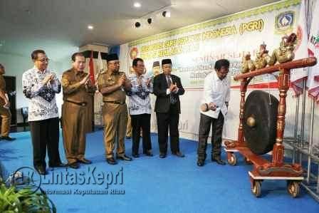 Gubernur Provinsi Kepri Nurdin Basirun melakukan pemukulan gong yang didampingi oleh Walikota Tanjungpinang Lis Darmansyah, Ketua PGRI Provinsi Kepri HZ Dadang AG, dan Kepala Pendidikan Provinsi Kepri, Arifin Nasir.