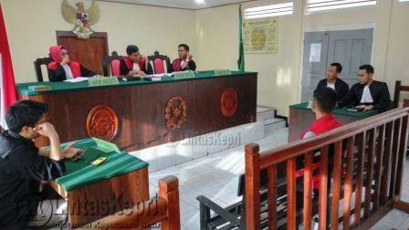 Terdakwa Razikin S.Sos Alias Aji Bin M Agus Salim saat sidang di Pengadilan Negeri (PN) Tanjungpinang, Rabu (23/11).