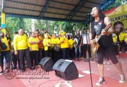 Vocalis Boomerang, Roy Jeconiah saat menghibur warga Tanjungpinang di HUT Golkar Ke-52 tahun di Lapangan Pamedan Ahmad Yani, Minggu (13/11).