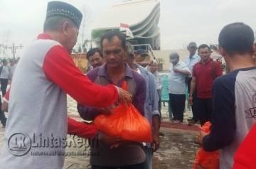 Wakil Walikota Tanjungpinang Syahrul yang juga ikut membagikan paket sembako berupa gula dan beras di Taman Laman Boenda, Kamis (3/11).