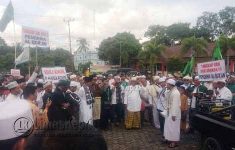 Ratusan orang yang tergabung dari berbagai Ormas Islam menggelar aksi damai menuntut proses hukum Ahok di Polres Tanjungpinang, Jum'at (4/11).