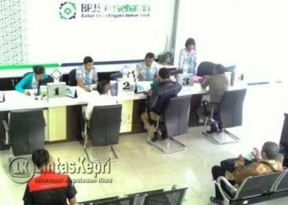 Petugas BPJS Kesehatan ketika melayani masyarakat di Kantor BPJS Kesehatan.