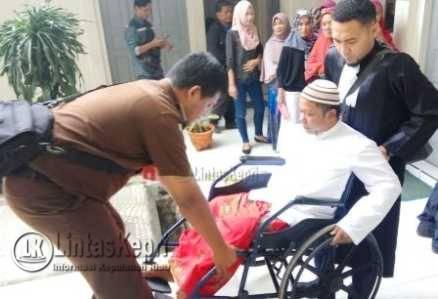 Terdakwa kasus pencabulan terhadap anak didik, Juni Baharuddin alias John (39), bersama Penasehat Hukumnya (PH) M Indra Kelana SH.