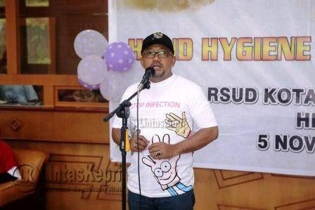 Walikota Tanjungpinang Lis Darmansyah saat menyampaikan sambutan di acara Hand Hygiene Dance Competition (kreasi cuci tangan melalui gerakan tarian) dilapangan IGD RSUD Tanjungpinang, Sabtu (5/11) pagi.