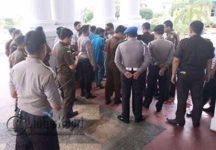 Mahasiswa UMRAH saat menyampaikan tuntutan di Kejati Kepri, Ranu (16/11).