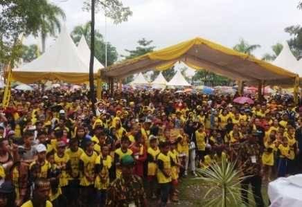 Ribuan warga saat menghadiri perayaan HUT Partai Golkar Ke-52 tahun di Lapangan Pamedan Ahmad Yani, Minggu (13/11).